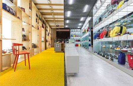interior de la nueva tienda con los espacios para moda y deporte bien