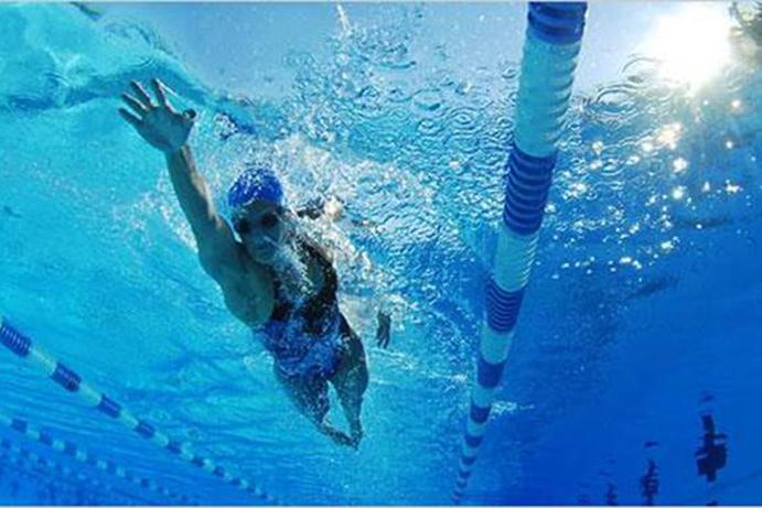 Los fisioterapeutas explican como nadar para reducir el for Ejercicios espalda piscina