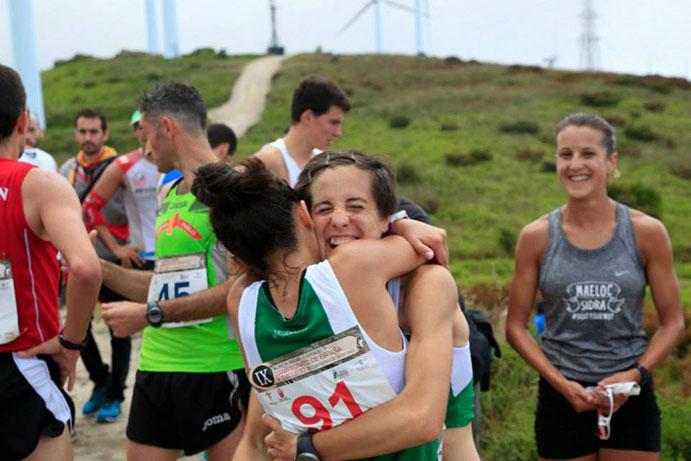 Raquel abrazando a una compañera tras finalizar una carrera.
