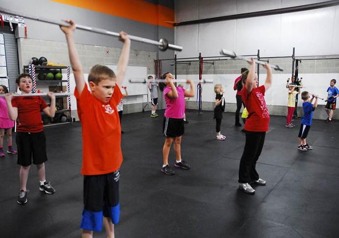 Adolescentes adolescente con mancuernas para ejercicio - 2 9