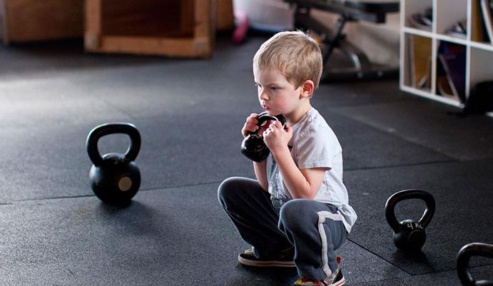 Pros y contras del entrenamiento de fuerza infantil en gimnasio