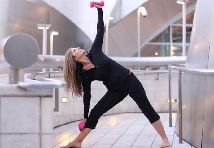 Cómo combinar pesas y Yoga para esculpir el cuerpo