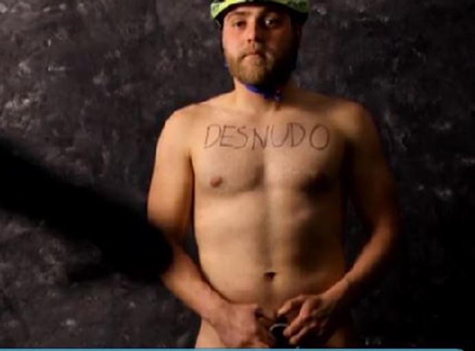 Ciclistas posan desnudos para reivindicar su vulnerabilidad en la carretera