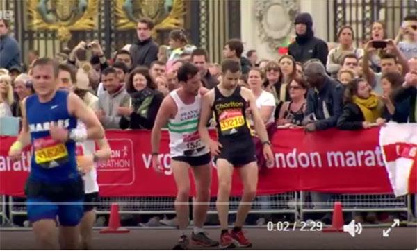 Conmovedor gesto deportivo en la recta final del Maratón de Londres