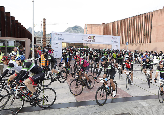 Cerca de 600 ciclistas se retan en la II Gran Fondo BIBE Transbizkaia