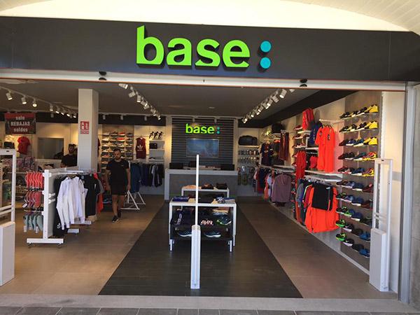 Base Bazar Sport abre nueva tienda y ultima su primera Wanna Sneakers