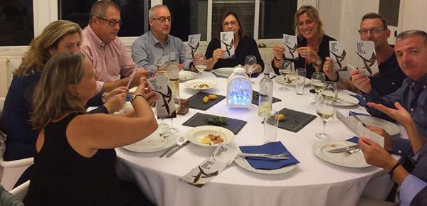 Los socios del Club Marítimo Cubelles recibieron, durante la cena, el folleto informativo sobre la Campaña de micromecenazgo 'Salvem el Monument al Patí a Vela' .