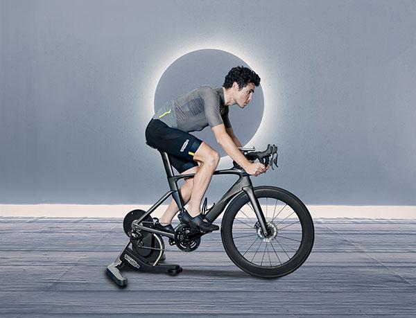 Así es la bicicleta Technogym con la que entrena el triatleta Javier Gómez Noya