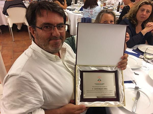 El ex-presidente del Club Maritimo Cubelles, Jordi Obach, recibió una placa del Ayuntamiento de Cubelles en reconocimiento por su trayectoria al frente de la entidad.