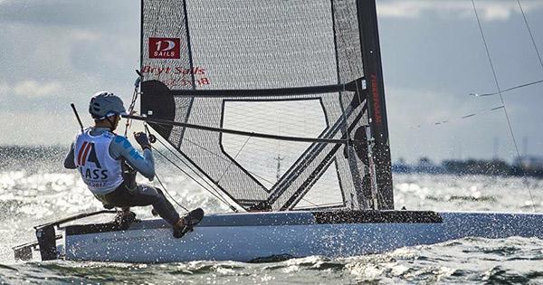 """Jan Heuninck estudia segundo de bachillerato. Dice que sus asignaturas preferidas son la física, química y deporte. Reconoce que """"no tengo ni idea de lo que quiero ser de mayor, pero me interesa mucho una ingeniería con diseño y tal. Me apasionan la aerodinámica y cosas así"""". Probablemente por ello, subraya también su pasión por los 'barcos voladores' como el Clase A tipo de embarcación con la cual el pasado verano ganó el subcampeonato del mundo juvenil en aguas de Polonia."""