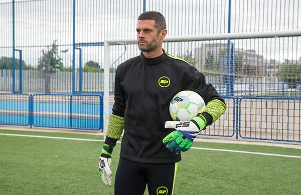 Futbol Emotion denuncia la proliferación de marcas blancas de guantes de portero