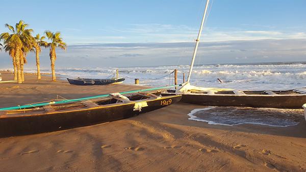 Patines que descansaban en un varadero municipal de la playa de San Salvador (del municipio de El vendrell) fueron arrastrados por el oleaje y quedaron como muestra la foto.