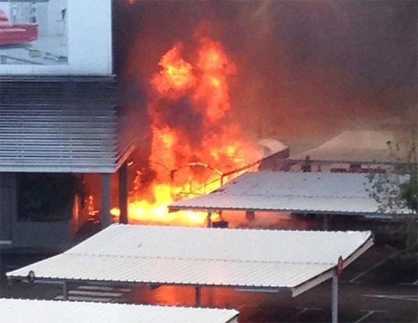 Un incendio calcina parte del gimnasio McFit en Málaga