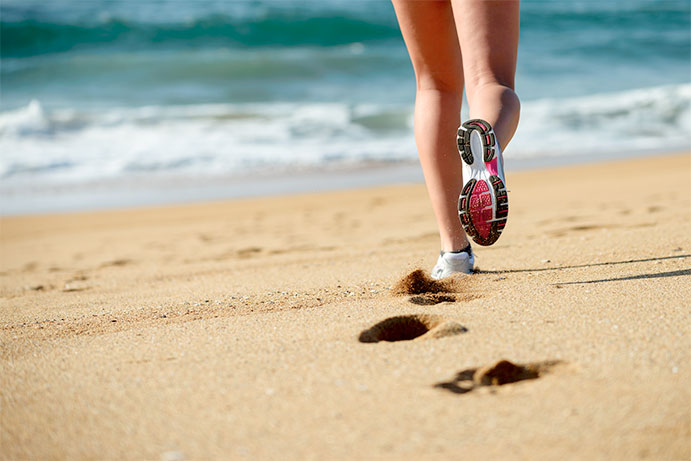 Correr en exceso por la playa puede provocar sobrecargas