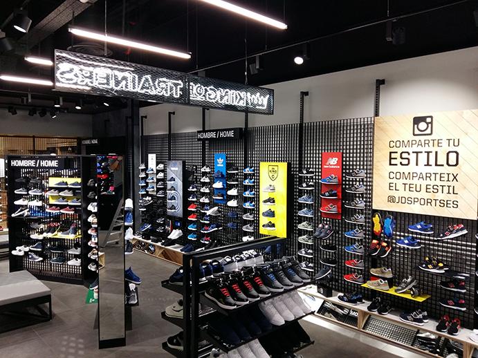 La nueva tienda del centro comercial Granvía-2 de JD Sports subraya la conexión del establecimiento con el mundo de la moda y, más concretamente con el calzado sneaker.