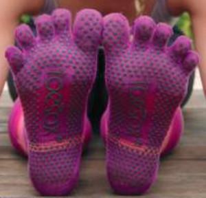 Fabricados en algodón orgánico, los calcetines Toesox incorporan suela antidezlizante patentada, la cual proporciona un agarre extraordinario en cualquier superficie, reduciendo el riesgo de lesiones.