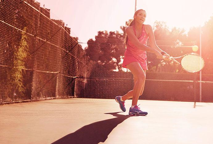 Mizuno lanza su primera colección de calzado de pádel y vuelve al tenis
