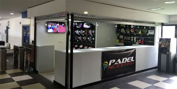 Padel Nuestro abre su primera tienda con pista para probar el material