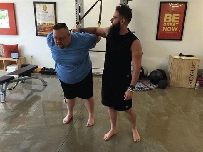 Diez entrenadores personales engordan 30 kilos para un reality show
