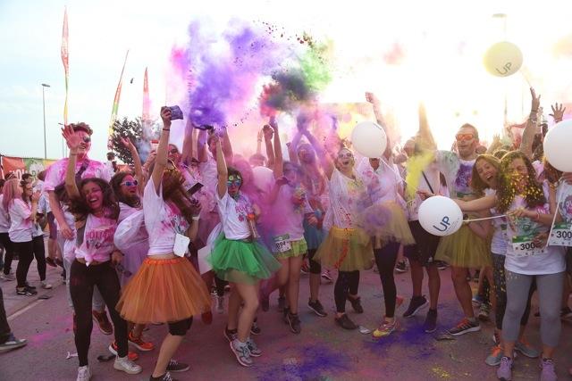 El día y la noche se llenan de color con la Holi Run Guadalajara