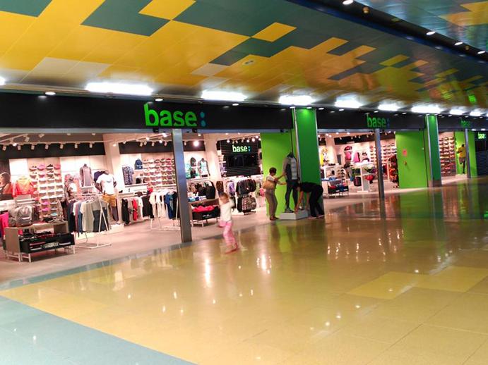 Base abre la primera tienda multimarca en un aeropuerto español