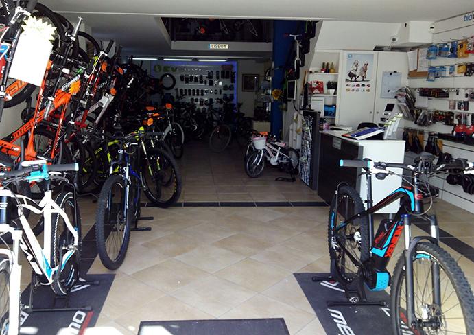 La tienda comercializa tanto bicicletas eléctricas como convencionales.