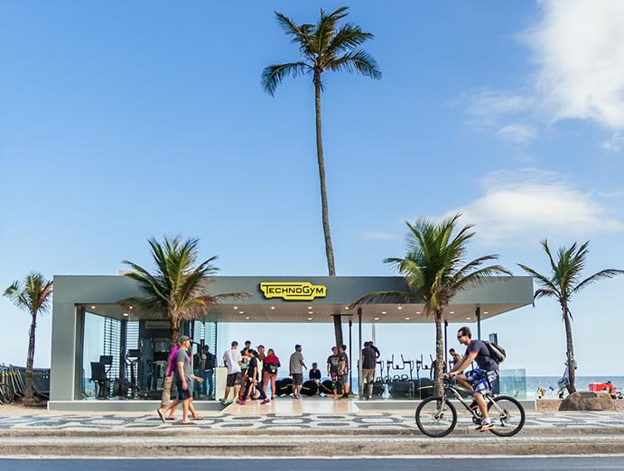 Centro wellness de Technogym en la playa de Ipanema con motivos de los Juegos de Rio 2016.