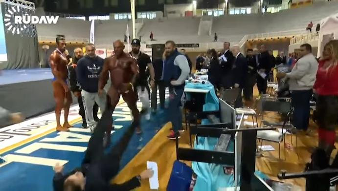 Brutal agresión de un culturista a un juez tras quedar segundo en un torneo