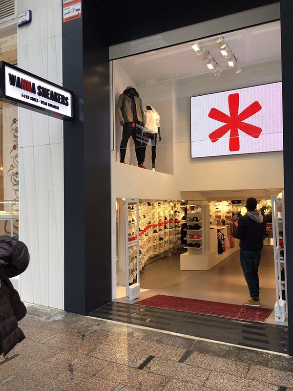Tras la apertura de esta tienda Wanna Sneakers (la primera en España) Loix Sport pasa a gestionar 8 tiendas de deporte, cuatro tiendas de moda y una de sneakers.