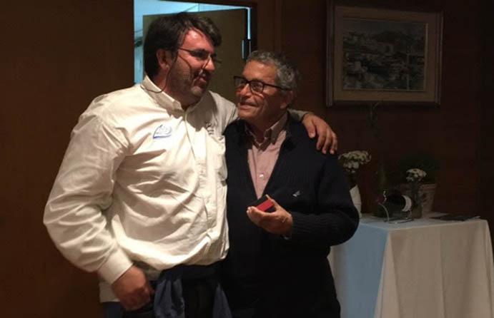 Jordi Obach Xifra recibiendo del vicepresidente de la Adipav, Joan Comajuncosa, la distinción como Socio de Honor de la Asociación Española de Propietarios de Patines a Vela.