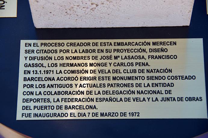Placa que figura en el pie del trofeo de la Copa Catalana y que recuerda el gesto de los patinistas del Club Natación Barcelona que impulsaron la creación del monumento al patín a vela.
