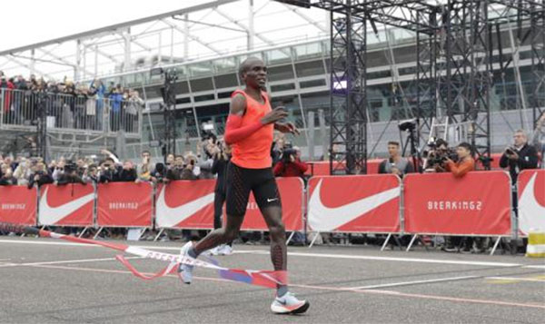 Kipchoge se queda a 26 segundos de cumplir el reto, que no el récord de maratón