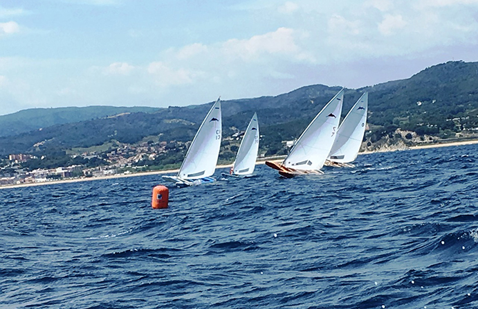 Oriol Castellá (vela número 13 y Xavi Roca (barco rojo) tuvieron una intensa disputa durante la primera ceñida de la primera prueba del Campeonato que, finalmente, ganaría Roca.