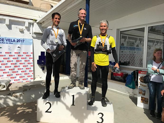 Jordi Padrell, campeón de Cataluña de patín a vela 2017 de segunda categoria, en el podio de ganadores junto a Jan Esteba, subcampeón (a la izuierda), y Marc Serra, tercer clasificado.