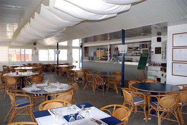 El Club Náutico Sant Pol cuenta con un amplio restaurante y una atractiva terraza en la cual pueden degustarse ricas especialidades gastronómicas costeras.