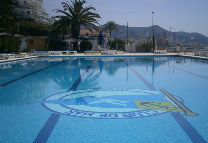 El Club de Mar de Sitges cuenta con una piscina de 25 metros de largo por 12 de ancho.