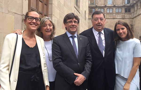 Benito García y su familia junto al presidente de la Generalitat de Cataluña, Carles Puigdemont, tras la concesión del premio.