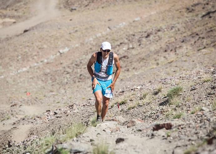 Miguel Heras se impone en la Ultra Sierra Nevada con un dedo roto