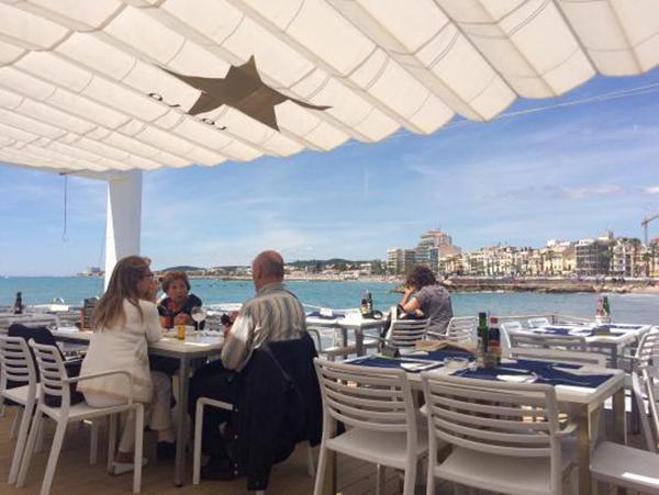 En la terraza del Club Náutico de Sitges se ofrece servicio de restaurante abierto también al público en general. Las vistas que desde dicha terraza se tienen del litoral de la localidad constituyen las mejores que se pueden lograr.