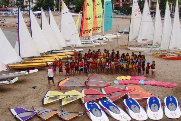 El Club Náutico Sitges posee una de las más reconocidas y activas escuelas de vela del litoral catalán, así como con un nutrido servicio de alquiler de embarcaciones.