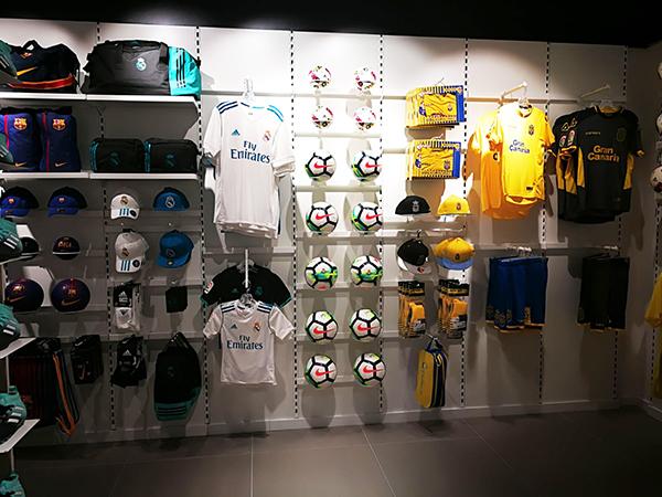 La tienda Base Bazar Sport de la calle Real de Arrecife cuenta con un amplio surtido de productos para diversos deportes entre los cuales figura el fútbol.