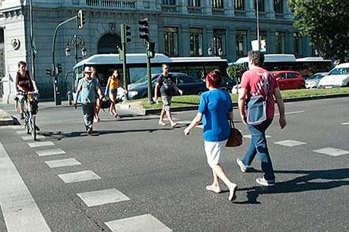 ConBici pide retirar un anuncio de BMW que incita a circular a gran velocidad en ciudad