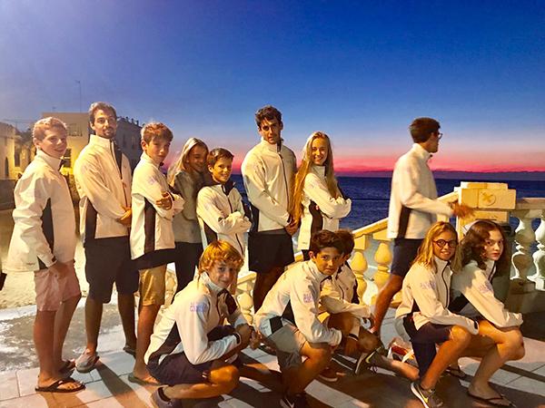Oriol Mahiques, en el centro de la imagen, con todos los integrantes del equipo de patinistas junior del Club Náutico Sitges que han acudido al Campeonato de España 2017 celebrado en Chipiona.