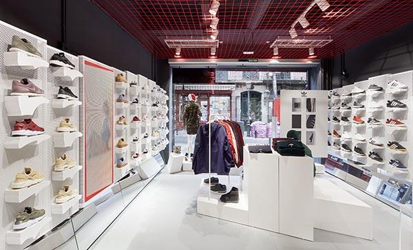 El surtido de la tienda Wanna Sneakers de Madrid, como el de las otras cinco que existen en territorio español, está enfocado hacia un estilo de vida casual y urbano donde puede encontrarse un amplio abanico de colecciones de textil de inspiración deportiva, complementos y sobre todo sneakers, que suponen el porcentaje más elevado del total de la oferta de las marcas más de moda del momento como Adidas, Nike, Reebok o Puma entre otras.
