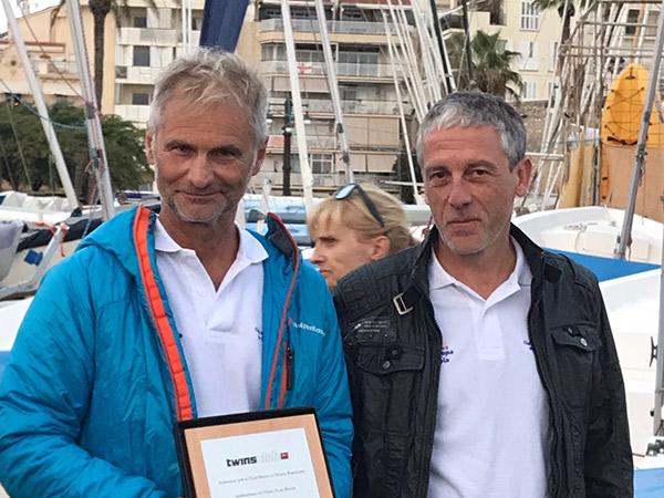 El presidente del club belga, Twinns Club, Jochan Kindt (a la izquierda), con la placa que testimonia el hermanamiento entre dicha entidad y el Club Náutico Sitges y que le fue entregada por el presidente de la entidad suburense, Oriol Pascual (a la derecha).