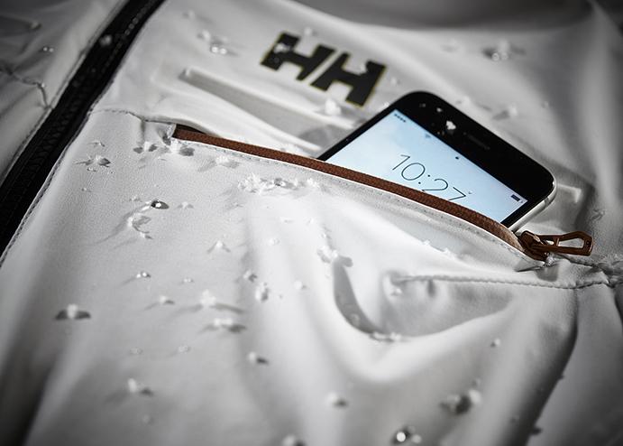 Helly Hansen presenta un bolsillo que alarga la batería del móvil