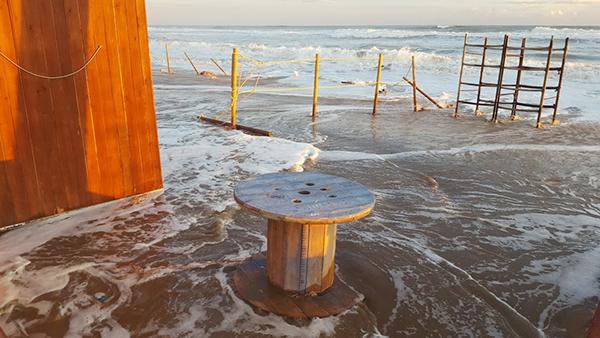 El varadero de la asociación Pati Catalá de Calafell quedó engullido por el imponente oleaje.