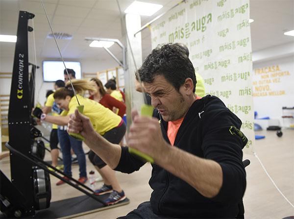 Máis que Auga y el piloto Isidre Esteve celebran un triatlón indoor solidario