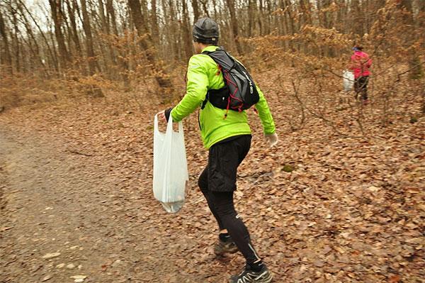 Correr y recoger basura, la nueva tendencia que propone el Plogging