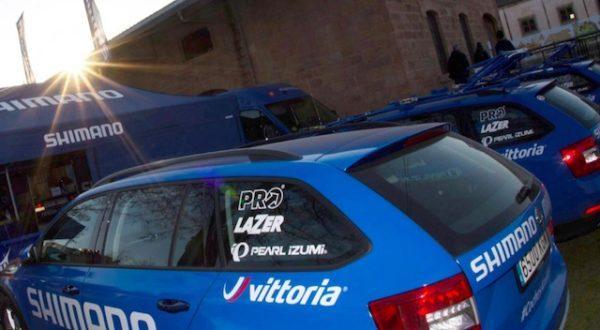 Los coches azules de Shimano darán asistencia con neumáticos Vittoria